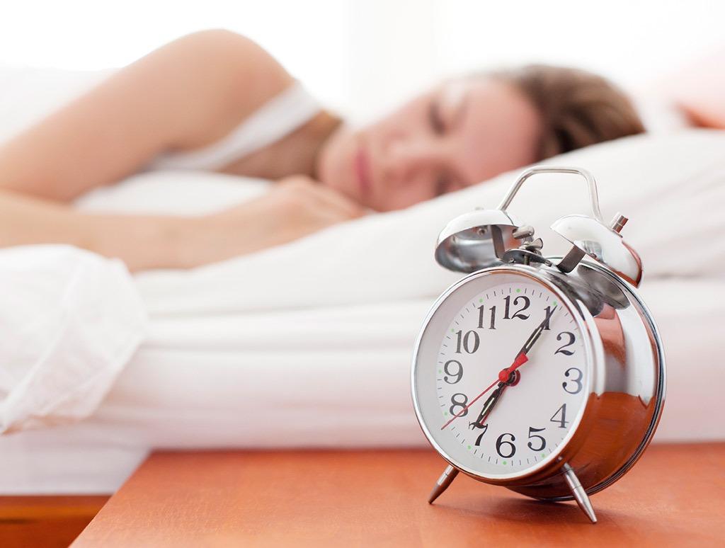 Клетки кожи во сне (особенно в первой половине ночи) обновляются быстрее, улучшается их дыхание, активнее выводятся токсины, разглаживаются морщинки.
